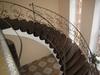 Лестница открытая поворотная с кованым ограждением